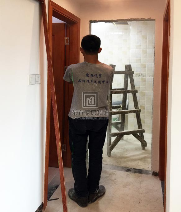 铝合金门框制作完成准备安装