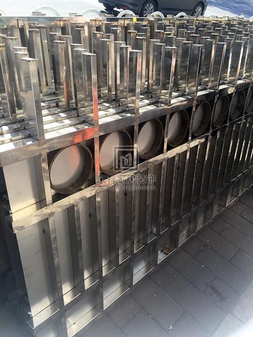 新制作的不锈钢围栏已准备好