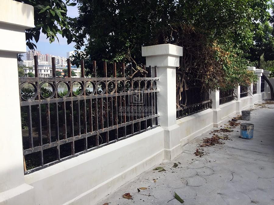 旧铁围栏已经锈迹斑斑