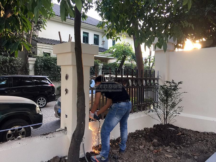 安装师傅正在拆除旧铁围栏
