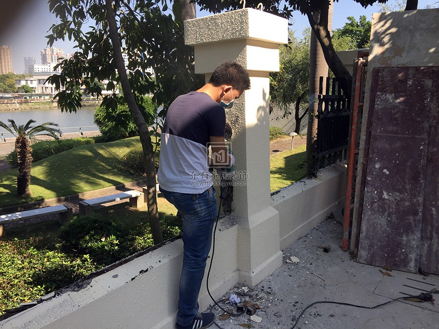 安装师傅正在拆除墙体锚固