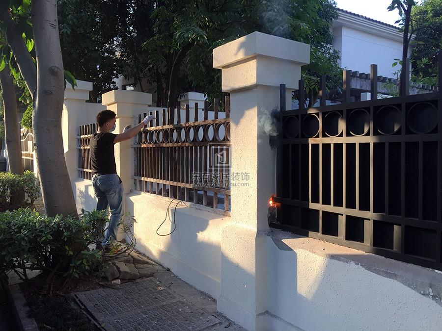 旧铁围栏与新做不锈钢围栏对比效果