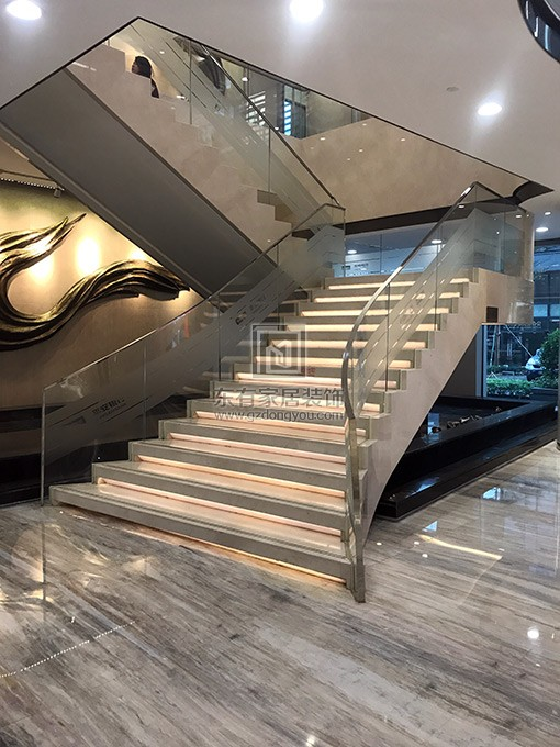 不锈钢玻璃楼梯扶手完成安装效果