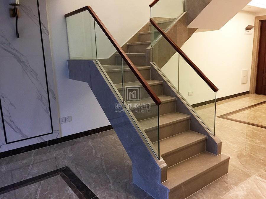 不锈钢楼梯扶手与传统烧焊型楼梯立柱主要表现在5个方面