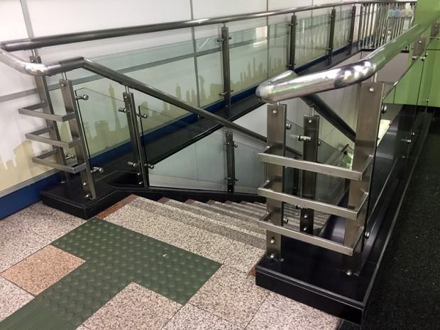 地铁二号线楼梯玻璃扶手 FS-009