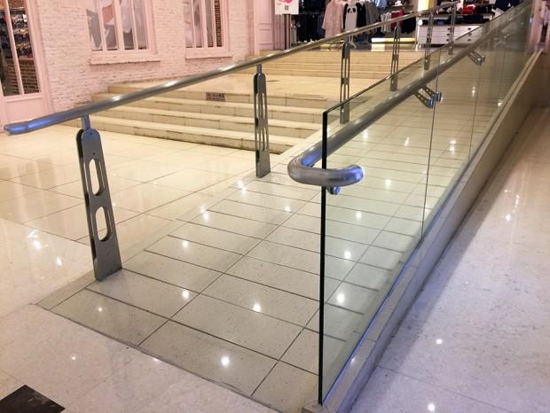 万菱汇广场坡道玻璃扶手 FS-028