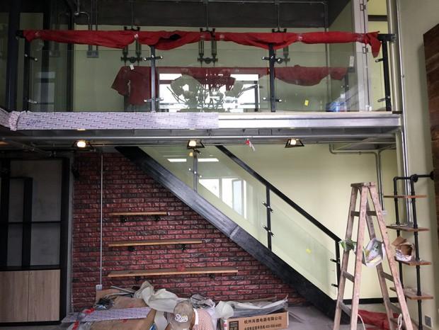 萝岗敏捷广场烤漆不锈钢钢梯及烤漆栏杆 FS-024
