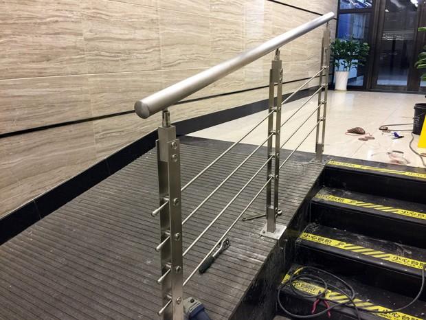 动漫星城加装不锈钢楼梯扶手 FS-012
