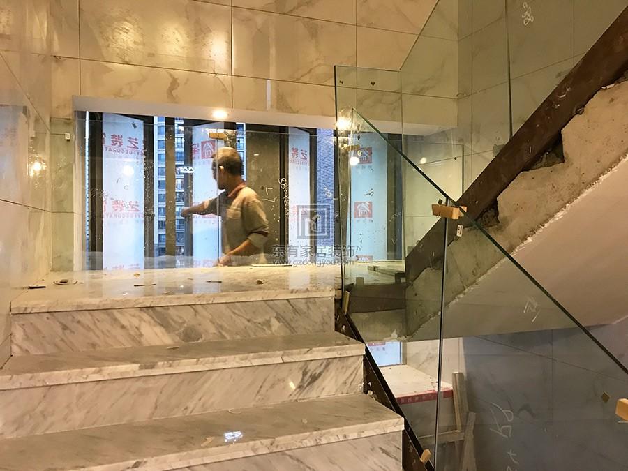 钢化玻璃安装在玻璃槽上