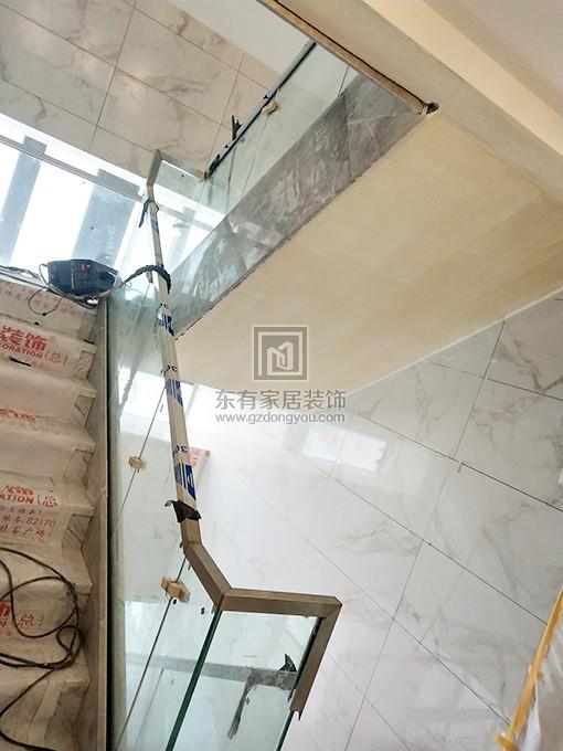 不锈钢玻璃扶手面管开始预安装