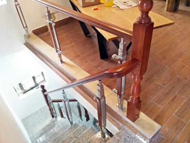 不锈钢立柱楼梯扶手(木面) FS-053