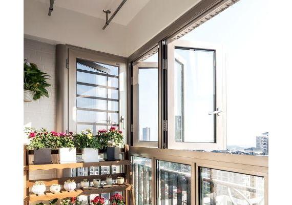 现在房子真是寸土寸金,奋斗多年终于能在大城市站稳脚跟,攒够钱买了一套自己喜欢的房子了。但装修的时候,却因为要不要封阳台跟家人起了争执。装修前看到国外很多人家里的阳台都是不封阳台的,私心觉得这种装修方式时尚流行,结果入住没多长时间,我才知道被坑惨。  幸运的完成装饰仍然是个好主意。