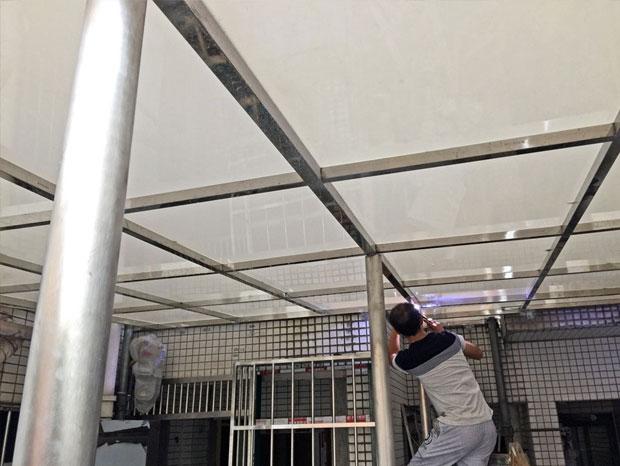 广利路乳白耐力板雨棚 YP-007