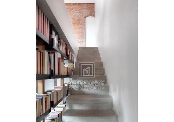 楼梯除了用来爬,还能改成书架变成阅读角